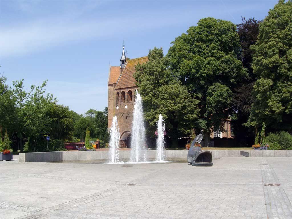 Marktplatz mit Riesenwels, im Hintergrund die St.-Johannes-Kirche